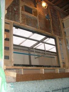 木造部の土台、間柱をそぎ落とし