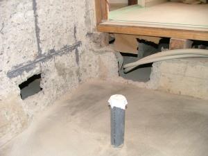 台所、洗面室の通気口 手前は排水配管